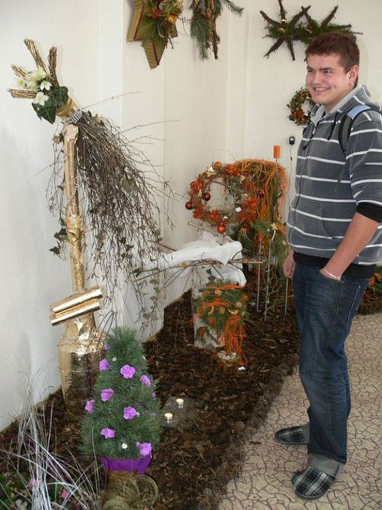 Velkou část nápaditých adventních výrobků si mohou návštěvníci studentské výstavy také koupit.