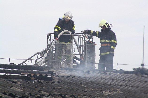 Pondělní požár pneuservisu v Postřelmově.