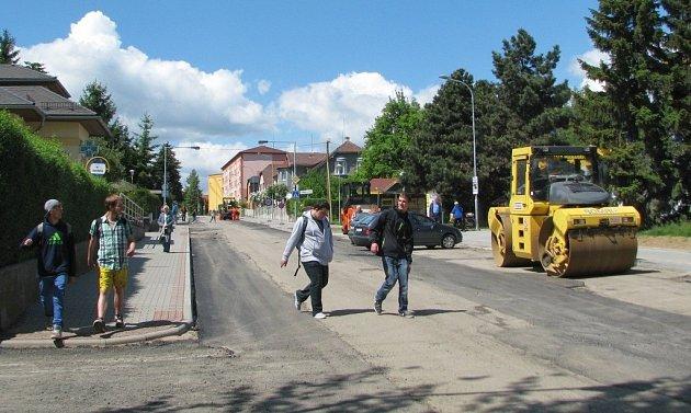 Frekventovanou Bezručovou ulicí v Zábřehu nyní řidiči neprojedou. Dělníci tady dokončují poslední práce po náročné rekonstrukci a pokládají nový asfaltový koberec.