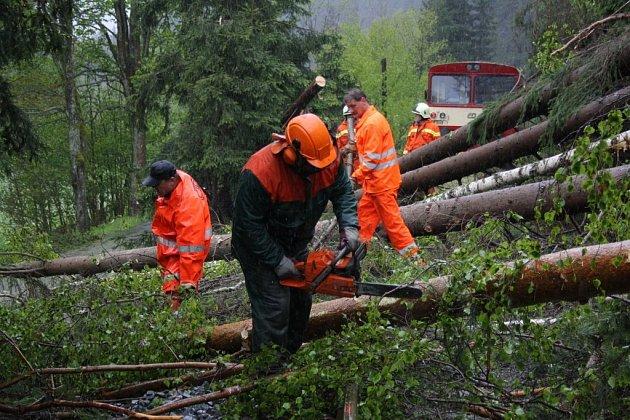 Motorový vlak narazil vpátek 16.května ráno nedaleko Chrastic do spadlých stromů na trati Hanušovice – Staré Město.