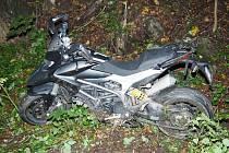 Policisté v Bratrušově dopadli problémového motorkáře.