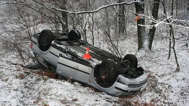 Řidič havaroval na namrzlé vozovce.