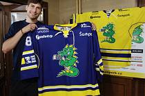 Kapitán hokejového týmu Draků Jan Matějka s novým dresem