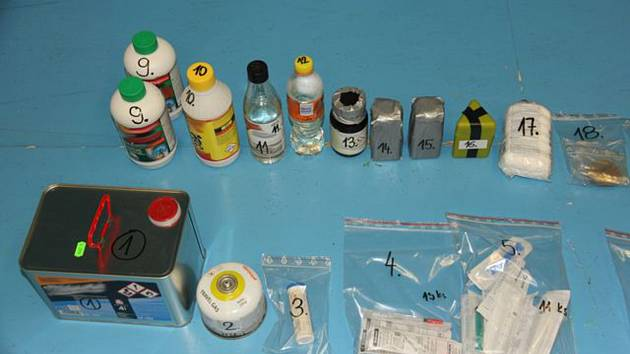 Věci pro výrobu drog zajištěné při zátahu jesenickými policisty na začátku února.