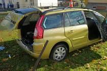 Při nehodě, která se stala 28. října v České Vsi, se zranili čtyři spolucestující. Řidič Volkswagenu Passat narazil do Citroënu C4, jehož řidič odbočoval vlevo a dával přednost protijedoucím autům. Citroën skončil až na trávníku u bytovky.