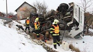 Kamion ve Štítech se při nehodě skulil ze svahu na zahradu rodinného domku.