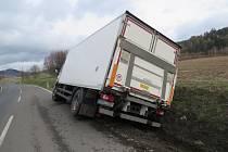Havárie nákladního auta na silnici mezi Šumperkem a Bratrušovem v pondělí 18. března.