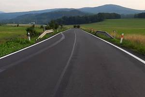 Místo stromořadí je u silnice mezi Vápennou a Žulovou otevřená krajina.