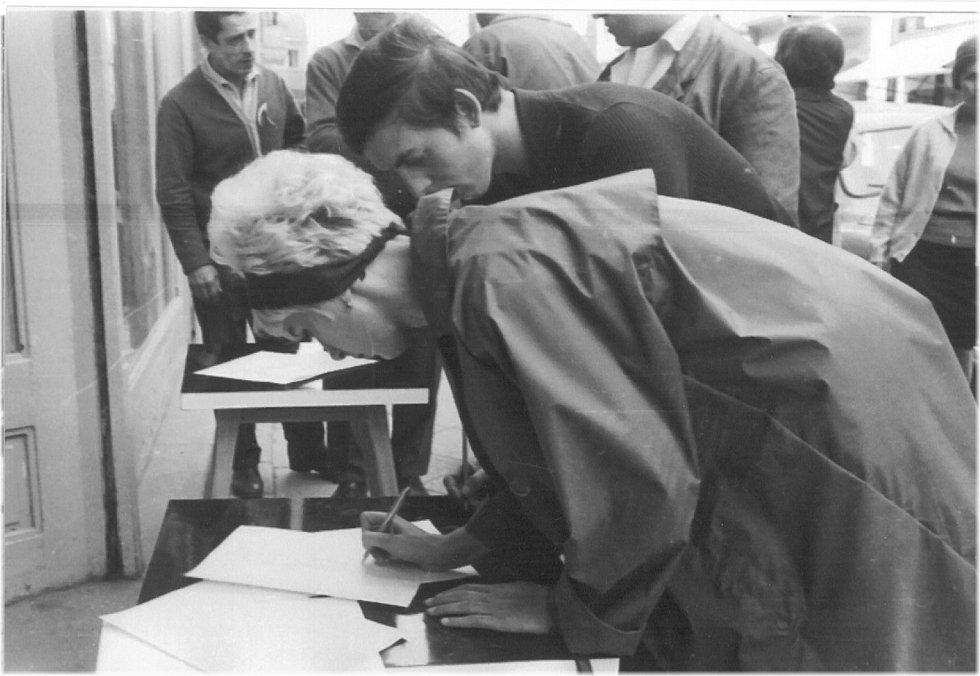 4. PODPISOVÁ AKCE. Po vpádu vojsk začali lidé organizovat podpisové akce na protest proti okupaci.