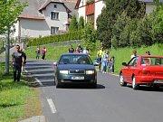 Na Priessnitzově ulici se musejí vyhýbat auta a cyklisté, často vznikají nebezpečné situace.