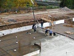 Práce na rekonstrukci venkovního bazénu v Zábřehu