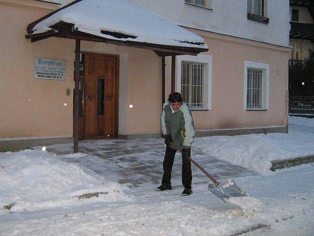 Petr Novák má v azylovém domě zaplacený celodenní pobyt a pomáhá s úklidem sněhu