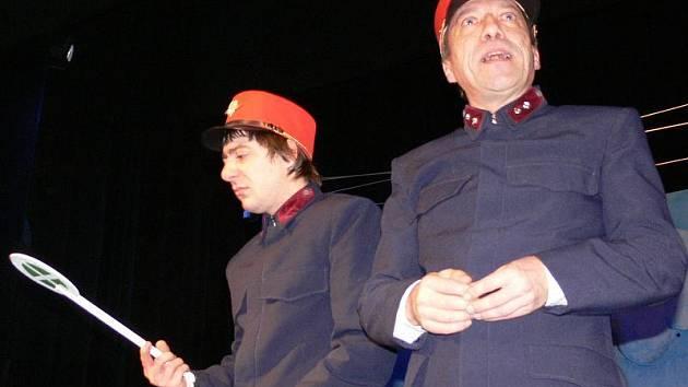 Dvojice herců, která během premiéry prakticky nesleze z jeviště. František Čachotský ztvárnil Miloše Hrmu (vlevo) a Petr Komínek – ten se představí jako výpravčí Hubička.