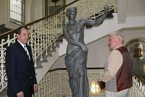 Sto let stará kopie sochy Venuše z Capuy nově zdobí vstupní foyer radnice