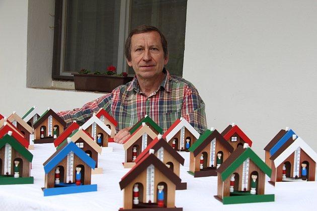 Radek Opluštil vyrábí v Pavlově u Mohelnice domečky na počasí.