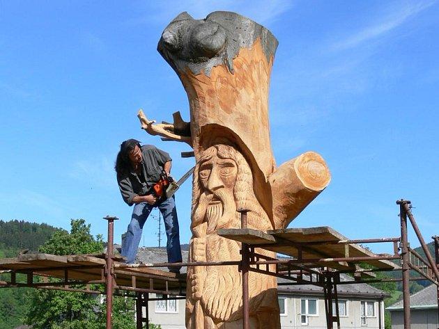 Tři a půl metru vysoká socha vládce jesenických hor vzniká z kmene statného buku.