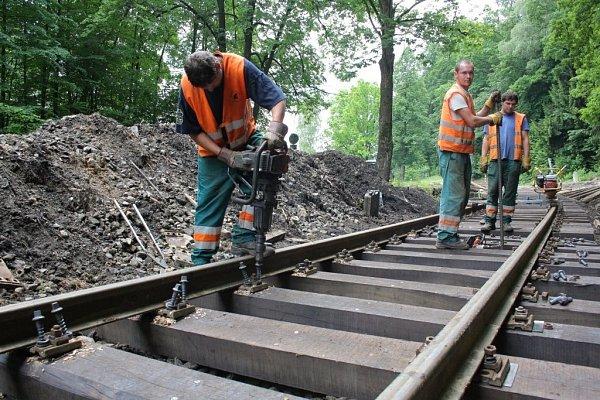 Oprava trati mezi Mikulovicemi a Zlatými Horami poškozené povodní.