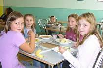 Dětem ve školní jídelně ve Vidnavě chutná