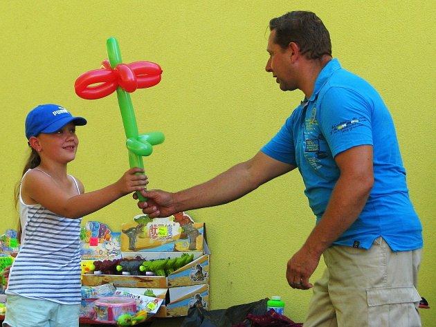 Školáci zHrabová se se školou rozloučili tradičně už odpoledne před posledním školním dnem, kdy se srodiči sešli na malé slavnosti na zahradě mateřské školy.