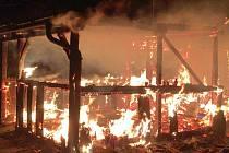 Zahradní domek s pergolou shořel v pátek 2. prosince nad ránem v Bohdíkově. Nepomohl ani rychlý zásah hasičů.