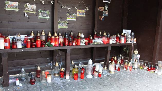 Z autobusové zastávky v Bělé pod Pradědem u místa, kde tragicky zahynul mladík, udělali jeho spolužáci a známí pietní místo.
