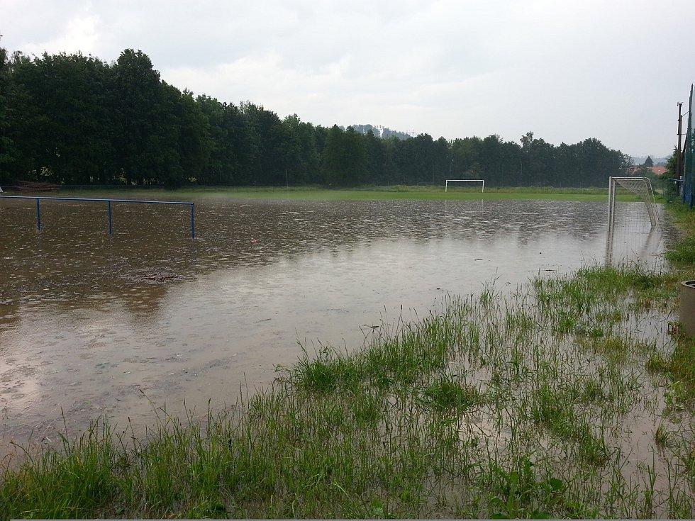 Následky průtrže mračen ve čtvrtek 13. června - hřiště v Brníčku.