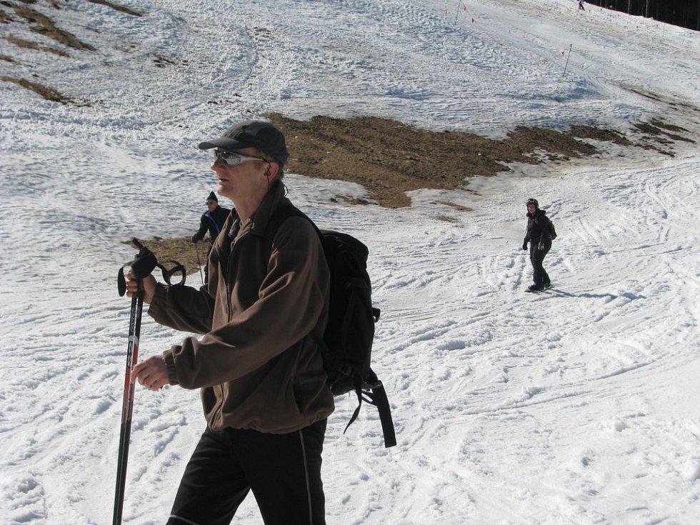 Lyžařská sezóna v Jeseníkách pomalu končí, sněhu si ještě v sobotu lyžaři užívali v Koutech nad Desnou.