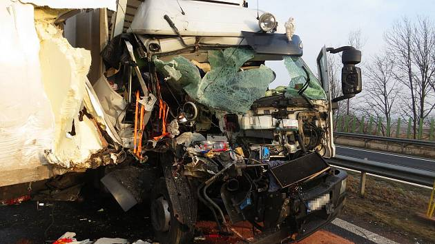 Nehoda náklaďáků na dálnici u Mohelnice v úterý 13. února