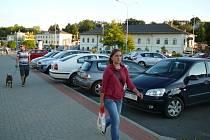 Od října se bude za parkování na velkém parkovišti před nádražím v Zábřehu platit.