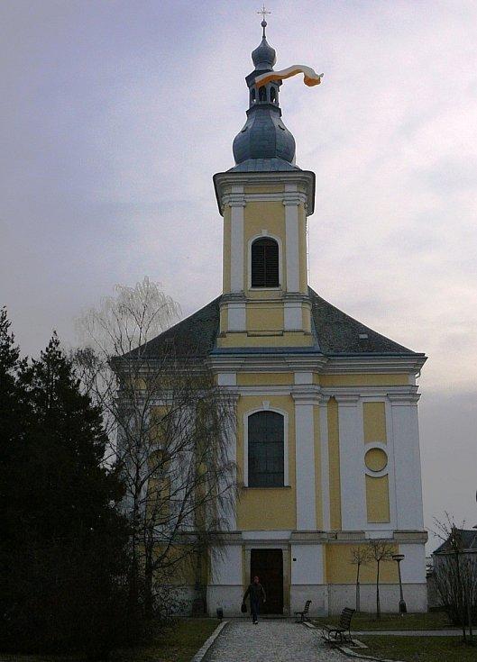 Dvojice zvoníků vystoupala ve čtvrtek 14. března ráno na věž kostela svatého Bartoloměje v Zábřehu, aby v padesátimetrové výšce vyvěsila vatikánský prapor na počest nově zvoleného papeže Františka.