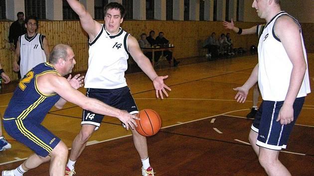 Šumperští basketbalisté (bílé dresy) na snímku z loňské sezony.