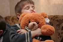 Jeden z ukrajinských sirotků obdarovaných při loňské sbírce Charity Zábřeh