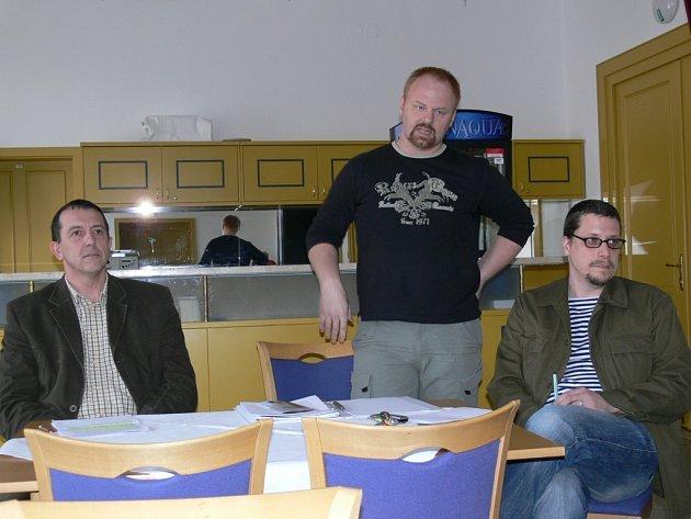 Před diskutující šumperské občany usedli při besedě starosta Zdeněk Brož (vlevo), ředitel divadla René Sviderski (uprostřed) a dramaturg Ondřej Elbel.