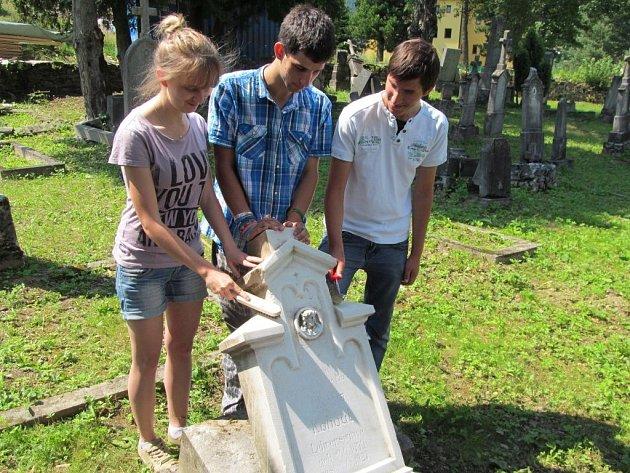 Dobrovolníci obnovují starý hřbitov v centru Ostružné.