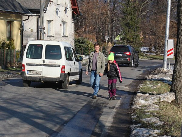 Na Lipovské ulici vJeseníku dnes musí jít pěší blátem, nebo riskovat chůzi mezi auty.