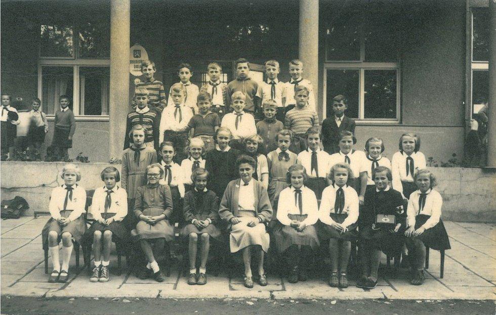 NAŠI PIONÝŘI. Začátek 60. let 20. století. Pionýři před postřelmovskou školou, uprostřed paní učitelka Růžena Pelclov