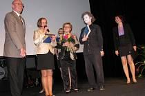 Šumperskému šachistovi Vítu Valentovi (vlevo) cenu města předala olympinonička Věra Čáslavská (s kyticí).