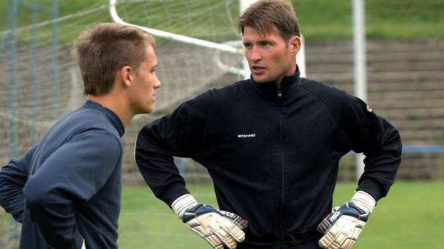 Proti Losinám chytal exligový gólman Bernády (vpravo).