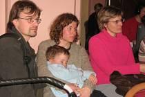 Rodiče sledují diskuzi jesenických zastupitelů. kteří měli na programu problematiku waldorfské školy. Její založení nakonec neodhlasovali.