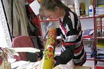 Sedm stovek paškálů nazdobí letos v chráněné dílně Reparto v Paloníně. Svíce se zapalují při velikonočních bohoslužbách v kostelech.