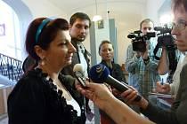 Obhájkyně obžalovaného Dominika Pavla Julie Xinopulosová v obležení novinářů.
