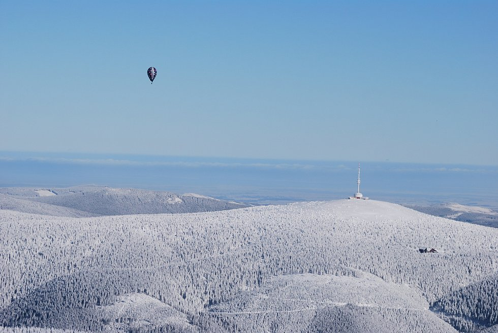 Šestice balonů pokořila Praděd. Vychutnejte si zasněžené Jeseníky z ptačí perspektivy.