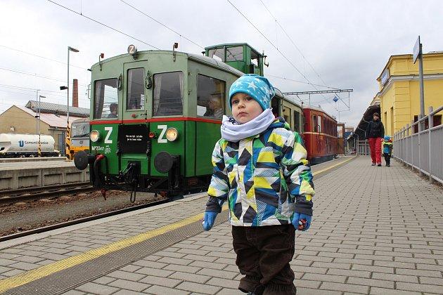 Motorový vůz Věžák při velikonočních jízdách na Železnici Desná.