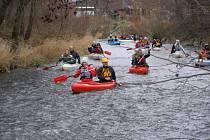 Třicítka vodáků se vydala na Štěpána na tradiční splutí řeky Desné. Počasí jim letos přálo, teplota vyšplhala asi osm stupňů nad nulu, také vody bylo dosti.