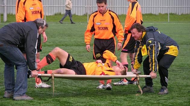 Kapitána Šumperku Bohdana Hecla museli v utkání s Litovlí odnést na nosítkách po střetu se soupeřem. Hecl zápas nedohrál.