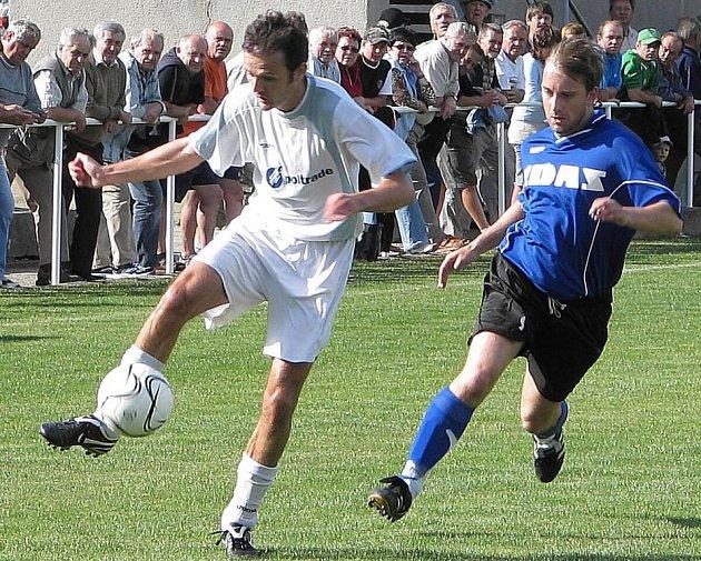 Mohelnický hráč (s míčem) během úvodního domácího utkání.