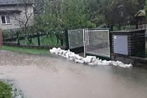 Na Jesenicku deště zvedly hladiny vodních toků. Hasiči jsou již v terénu.