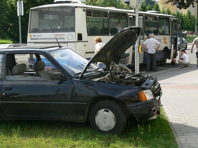 Osobní auto se zastavilo na travnatém pásu vedle lékárny U krále Jiřího.