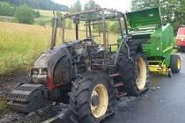 Traktor, který shořel 17. července u Branné.
