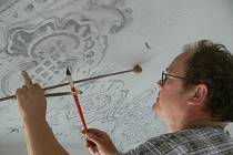 Výmalbu v synagoze obnovuje restaurátor Václav Holoubek.